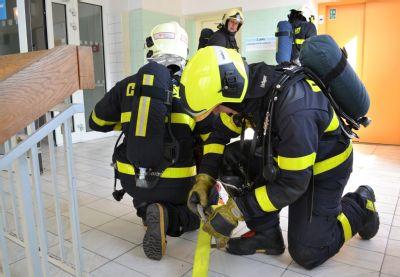 Z Vítkovické nemocnice se valil dým, hasiči evakuovali pacienty i personál, naštěstí šlo jen o cvičení