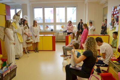 Ve Vítkovické nemocnici navštívil Mikuláš děti i seniory