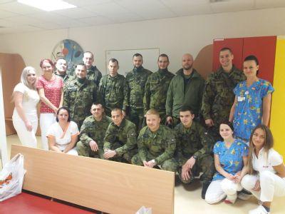 Malé pacienty Vítkovické nemocnice navštívili na Štědrý den vojáci