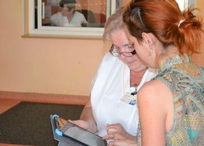 Neslyšící lidé komunikují ve Vítkovické nemocnici pomocí tabletu