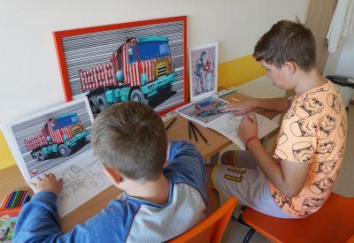 Děti hospitalizované ve Vítkovické nemocnici tvoří pomocí pastelek umělecká díla