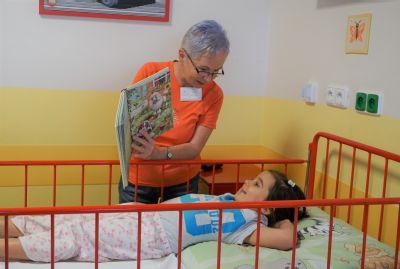 Čtecí babičky mají úspěch u dětí ve Vítkovické nemocnici