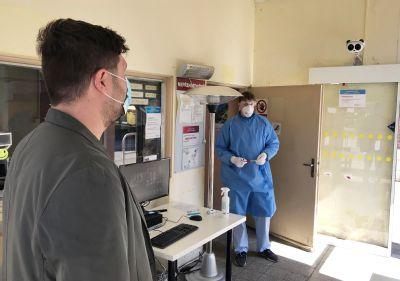 Moderní termokamera měří ve Vítkovické nemocnici v Ostravě příchozím teplotu při vstupu do areálu