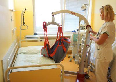 Zdravotníkům v Nemocnici AGEL Ostrava-Vítkovice usnadňuje práci s imobilními pacienty nový zvedák