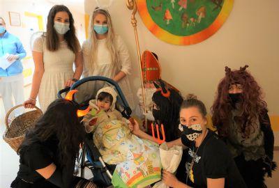 Mikulášská družina navštívila děti hospitalizované vNemocnici AGEL Ostrava-Vítkovice